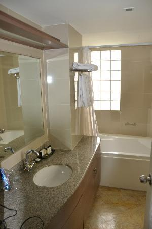 Phachara Suites: main bathroom