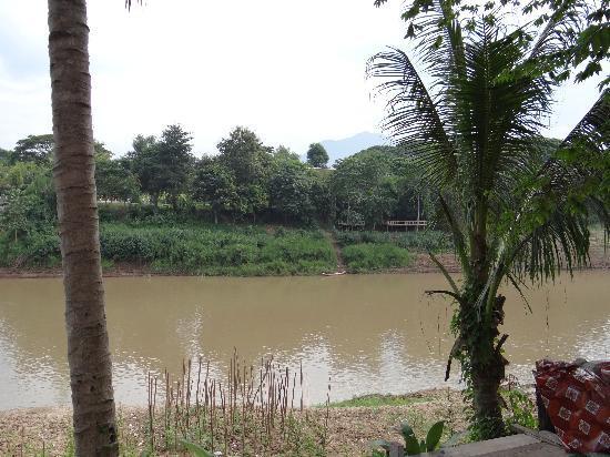 Villa Somphong: En face de la guesthouse, la Nam Khan