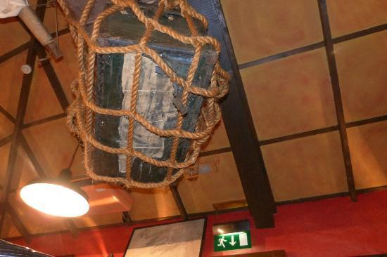 Dino's: Il soffitto col baule