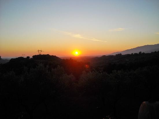Agriturismo Le Carolee: Prachtige zonsondergang in zee, zicht vanuit terrein