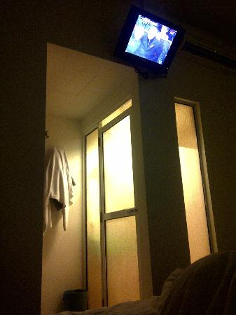 Apple Hotel : Tv on the wall and the bathroom door might be a lil transparent