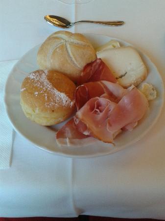 Hotel Fischer: Un assaggio della colazione con salumi e formaggi tipici