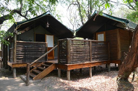 Camp Moremi: Our room and bathroom