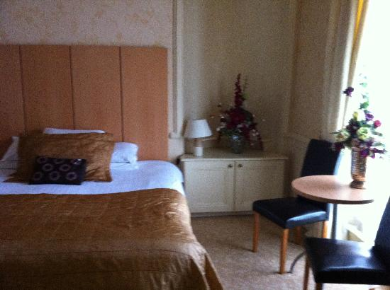 Grand St Leger Hotel: nice big bed