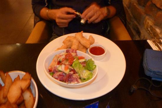 Tractors Restaurant and Bar : Tractor'e chicken guijion con insalata