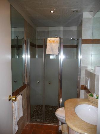 Notre Dame Guest House: Badezimmer
