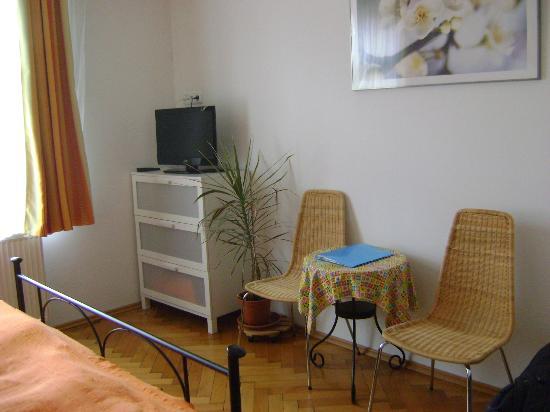 Aparthotel City 5: tavolino-unico neo:troppo piccolo