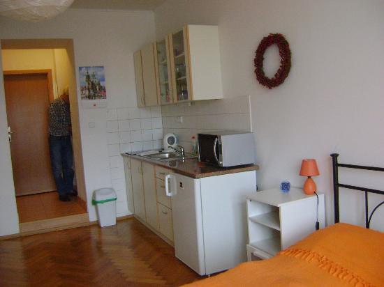 Aparthotel City 5: porta di ingresso ed angolo cottura