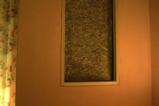 Maya Boutique Hotel & Spa : straw window in our room