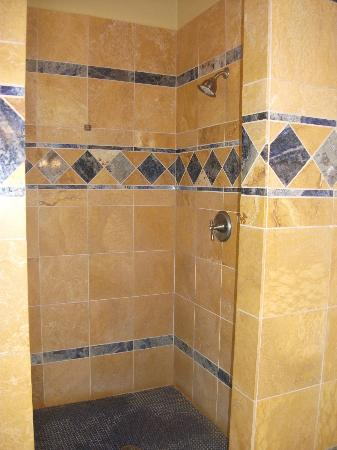 Lighthouse Bay Resort Hotel: shower large enough for two