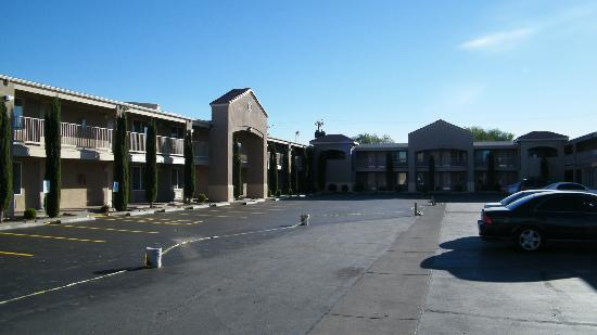 BEST WESTERN El Rancho Palacio: exterior, parking lot being repaved