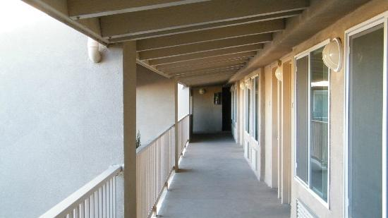 BEST WESTERN El Rancho Palacio: second floor walkway outside room