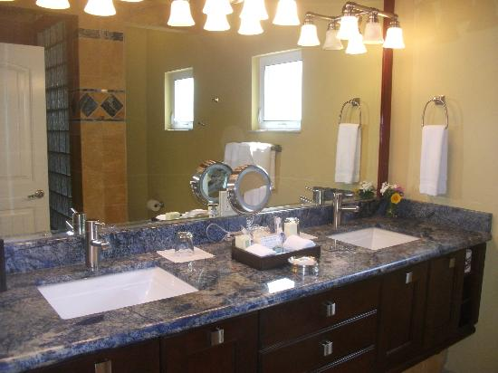 Lighthouse Bay Resort Hotel: lovely vanity area