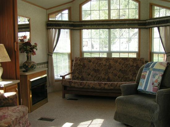 Creekside Country Resort : Each livingroom has a fold out bed, and that half of the room can be closed off for another bedr