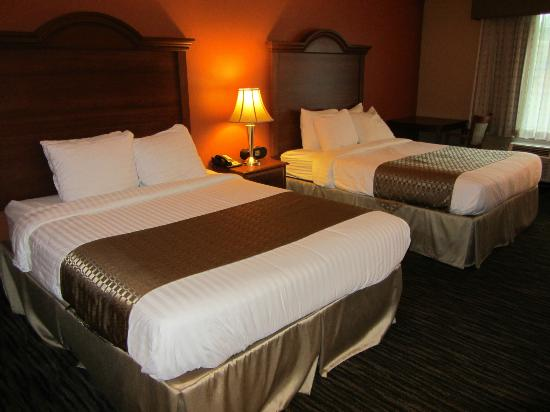 Best Western The Inn At The Fairgrounds : Two queen beds and corner table