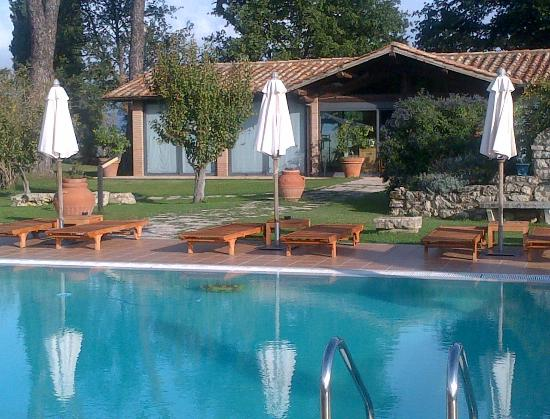 Villa Acquaviva: vista piscina e ristorante La limonaia