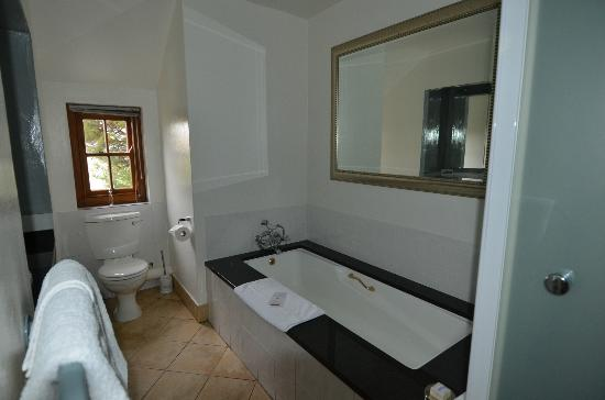 Le Quartier Francais: Great tub, and separate shower