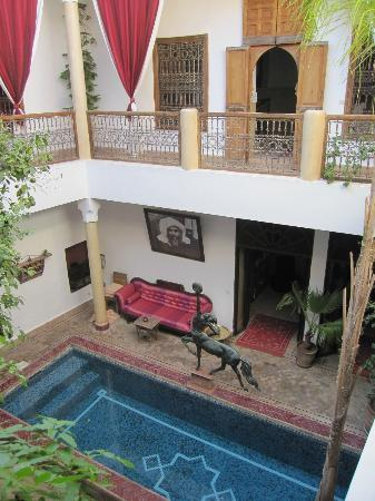 ‪رياض الزهار: Courtyard view