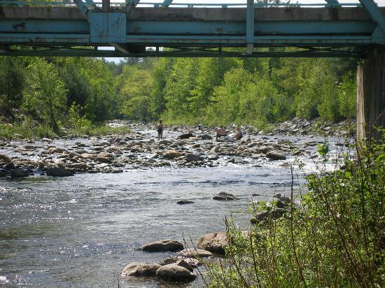 Twin River Campground and Cottages: Ammonoosuc River