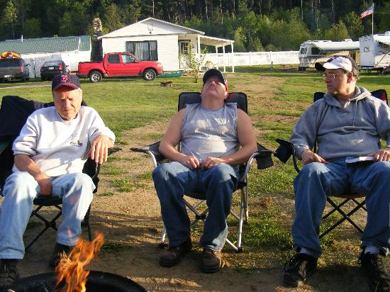 Twin River Campground and Cottages: Sitting around the fire
