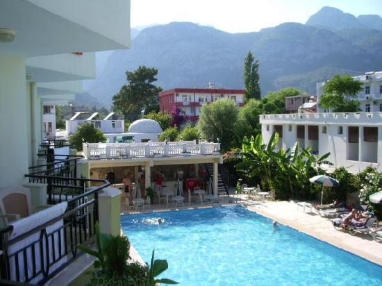 Endam Hotel: вид из номера на бассейн, бар и горы