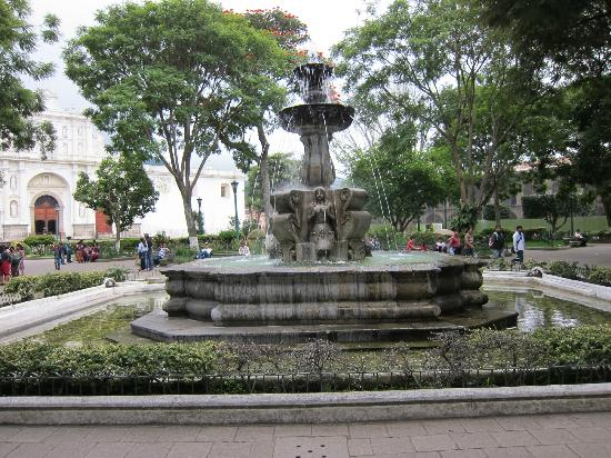La Plaza (Parque Central): Fountain in the center of Parque Central