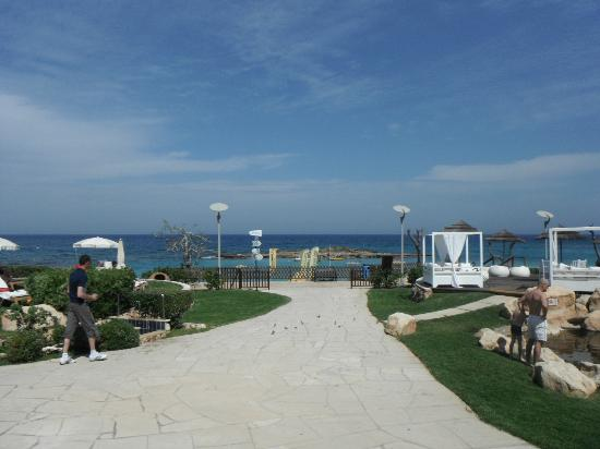 Capo Bay Hotel: Path to pool and beach