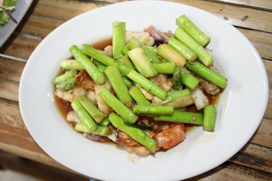 Luck Yim: спаржа с морепродуктами