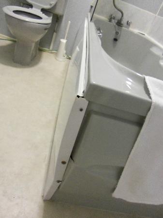 Gwesty Glan Aber Hotel: Bath falling apart