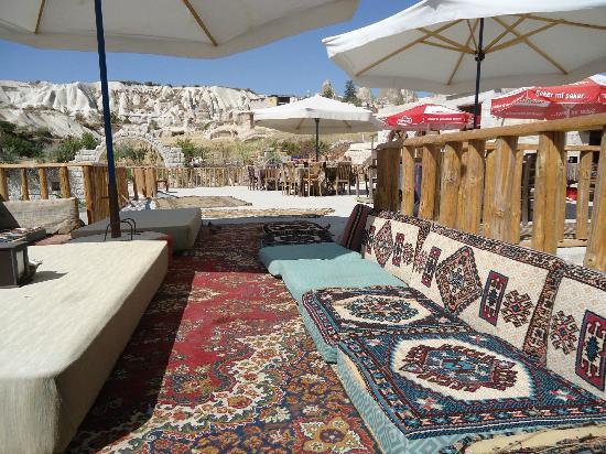 Holiday Cave Hotel: Терраса для валяния на солнце