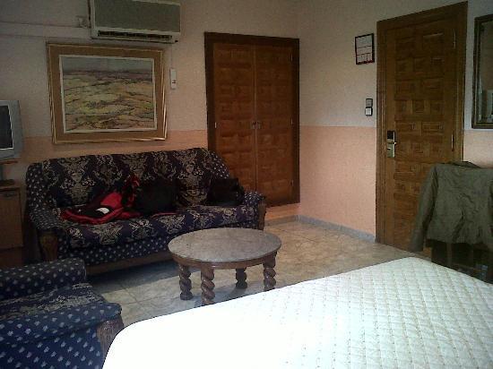 Hotel Montearagon: Zona frente a la cama