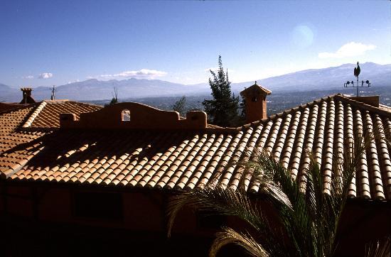 ILATOA Lodge: Blick über die Dächer ins Tal