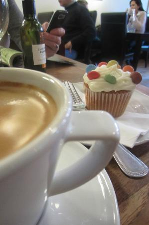 The Summer House Cafe: The Summerhouse - Coffee and cupcake - nothing like it