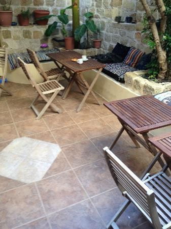 Spot Hotel: small back patio with trees and plants