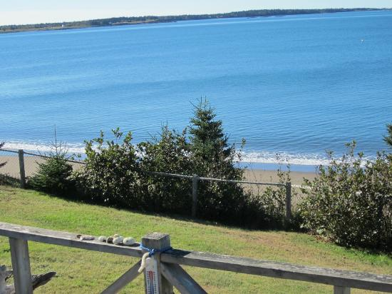Grand Manan, Kanada: Tide coming in on the beach below the Cottages