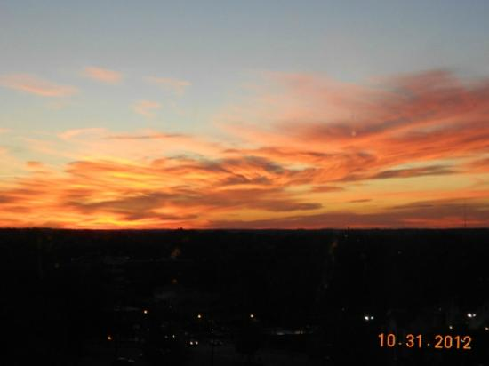 Raleigh Marriott City Center: sunrise over raleigh from my room