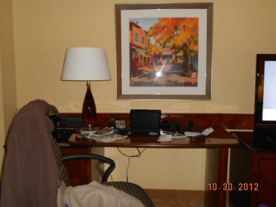 Raleigh Marriott City Center: nice desk space, comfortable chair