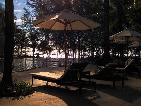 Holiday Inn Phuket Mai Khao Beach Resort: Late afternoon sun at the pool
