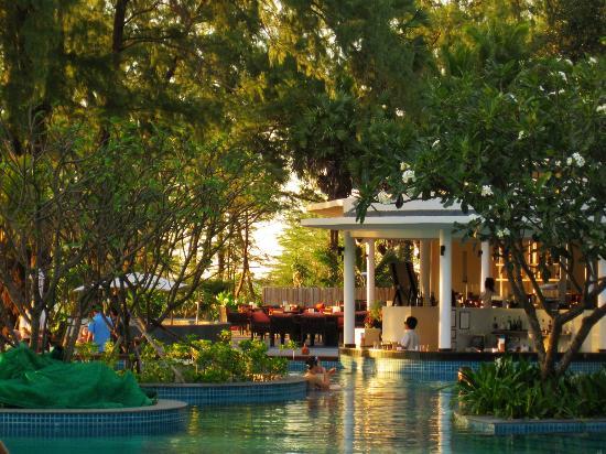 Holiday Inn Phuket Mai Khao Beach Resort: looking across pool to the bar … happy hour!!! 