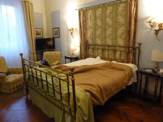 Hotel Tornabuoni Beacci: Large room & bed & with two comfortable chairs