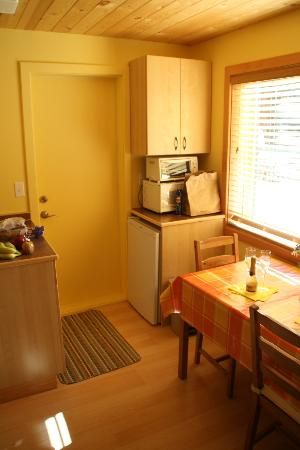 Bearberry Meadows Guest House: kitchen