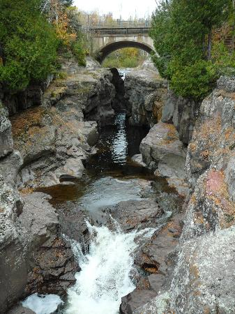 Temperance River State Park: waterfall in the park