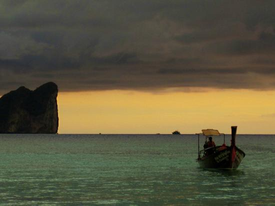 Paradise Resort Phi Phi: Moody Sunset from Long Beach.