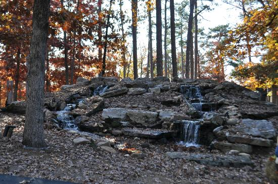 Oak Crest Cottages and Treehouses : waterfall