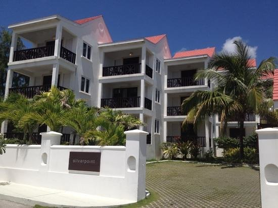 Silver Point Hotel: block of rooms on other side of road