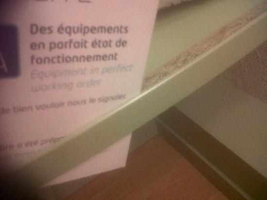 ibis budget Paris Porte de Montmartre: Trim coming away from shelving.