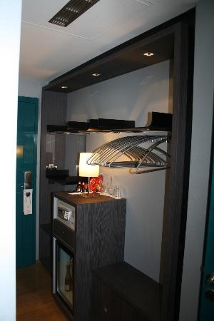 """Hotel Bassano: Zimmereingang mit Minibar und """"Kleiderschrank"""""""