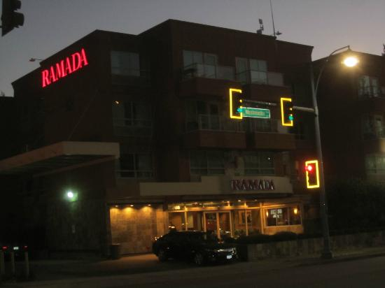 Ramada Limited Vancouver Airport : Hotel at night, street view