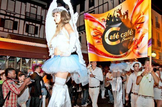 Le Cafe Cafe Biarritz : Parade du 14 juillet avec des anges sur échasses