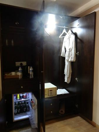 10 Calangute: Almirah and Minibar